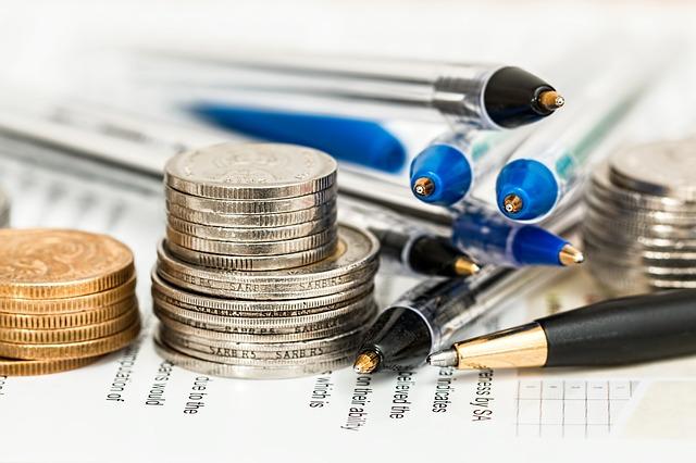 mince a tužky na papíře