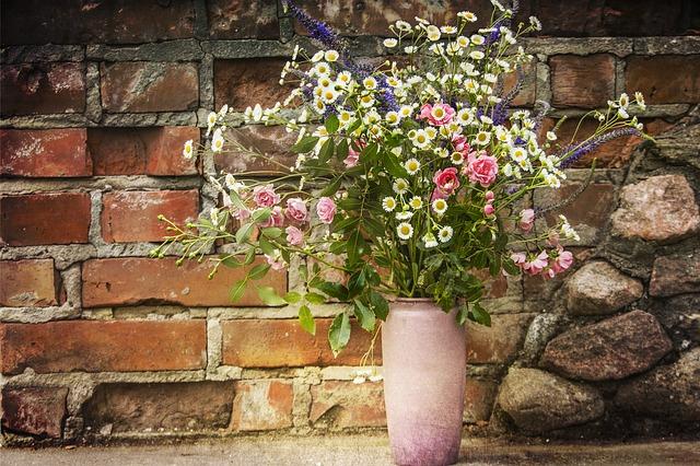 váza u zdi
