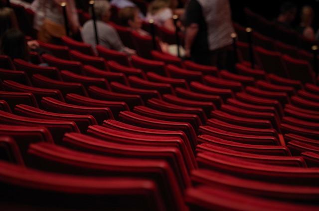sedadla v divadle