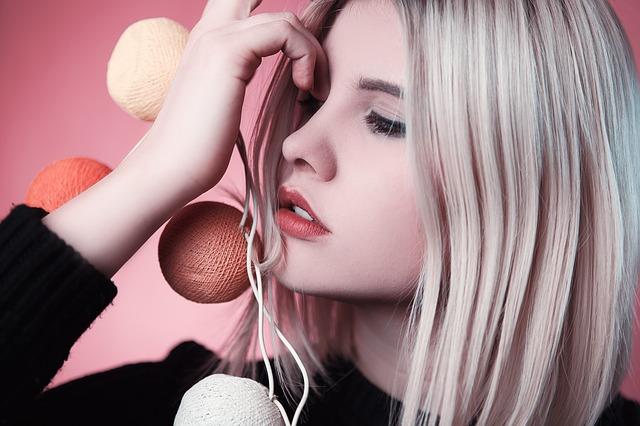 blondýna s kuličkami