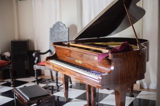 hnědé naleštěné piano.jpg