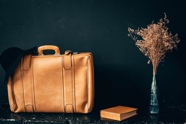 kožený kufr hnědý, kytice.jpg