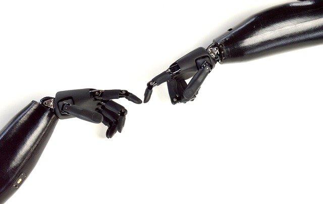 Ruce-protézy v doteku