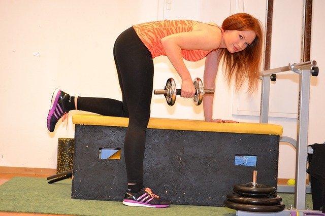 žena s činkami při cvičení