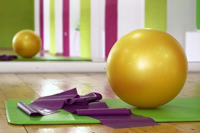 cvičební pomůcky míč guma karimatka